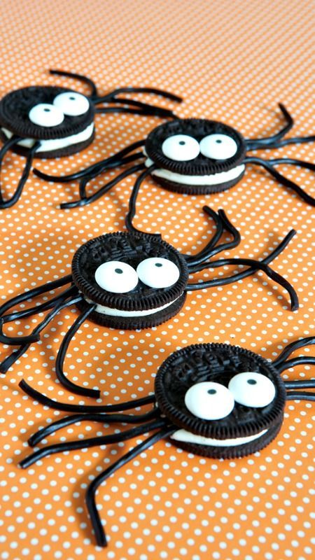 How to make Spider Cookies from Oreos! Fun Halloween treat idea!