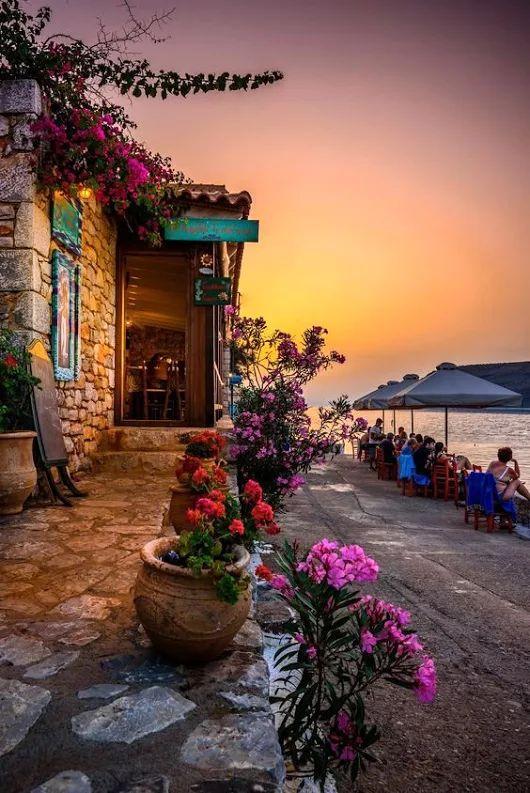 Taverna by the sea, Limeni, Mani, Greece partez en voyage maintenant www.airbnb.fr/c/jeremyj1489