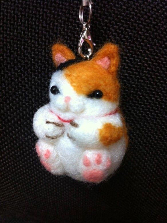 羊毛フェルトをニードル針で刺し固めたオリジナルのマスコットす。猫好きの方のために心をこめてお作りしました。お鞄や携帯電話のストラップとしてお使いくださいませ。...|ハンドメイド、手作り、手仕事品の通販・販売・購入ならCreema。