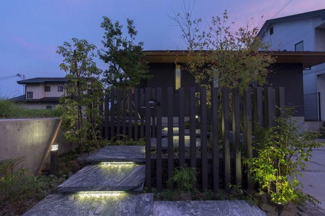 光とともに風を感じる。多彩なライティングテクニックで魅せるアプローチ。 #lightingmeister #pinterest #gardenlighting #outdoorlighting #exterior #garden #light #house #home #wind #cloud #nature #rain #tree #entrance #光 #風 #雲 #自然 #雨 #木 #家 #庭 #アプローチ #エントランス Instagram https://instagram.com/lightingmeister/ Facebook https://www.facebook.com/LightingMeister