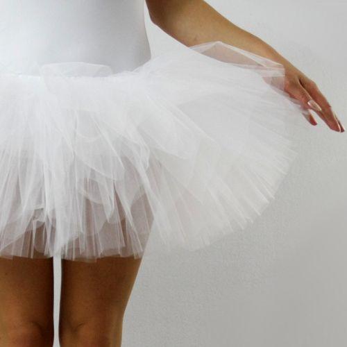 Baletní tylová sukně bílá Dámská čtyřvrstvá bohatě řasená baletní sukně z jemného tylu v pase do pruženky. Nosí se na dres či legíny, nemá neprůhlednou spodničku. Barva bílá Délka 35 cm. K objednávce připište: * obvod pasu * obvod v místě nošení sukně (může se shodovat s obvodem pasu) * obvod sedu (nejširší místo přes boky) Výška postavy modelky na ...