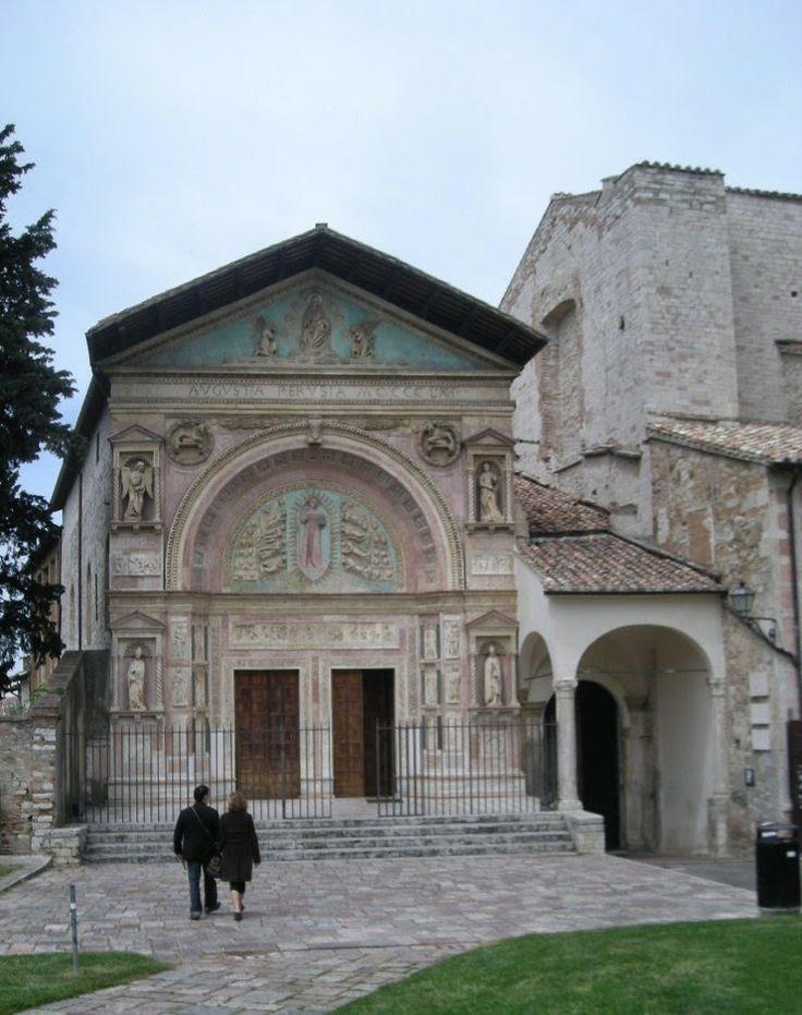 Perugia, chiesa di San Bernardino, rilievi della facciata rinascimentale di Agostino di Duccio