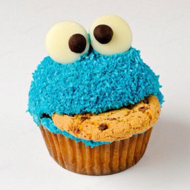 LOL what a cute cupcake idea! Love Cookie Monster!