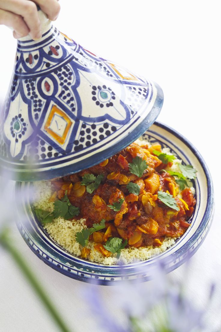 La tajine di pollo è un gustoso piatto di carne in umido tipico della cucina marocchina; è servito con il cous cous: provate la ricetta di Agrodolce.