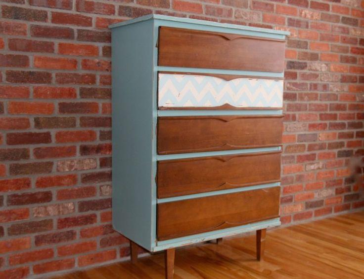 Commode relookée avec peinture et motifs chevron. #meuble #relooking #commode #bureau #chambre #motif #chevron #craie #bois #turquoise