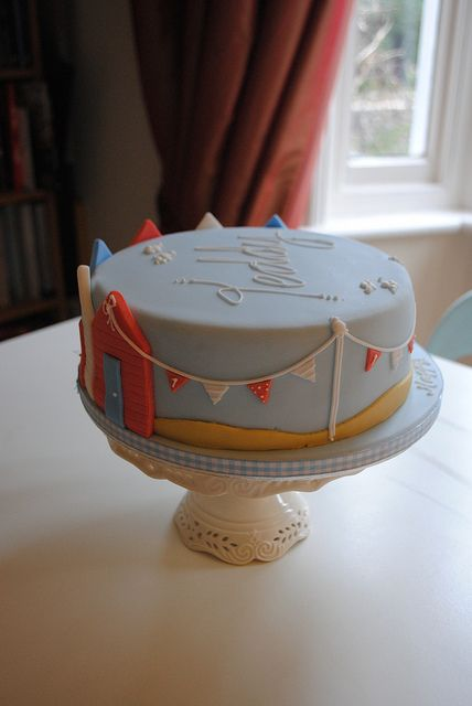 Seaside and beach huts cake | bathbabycakes.com