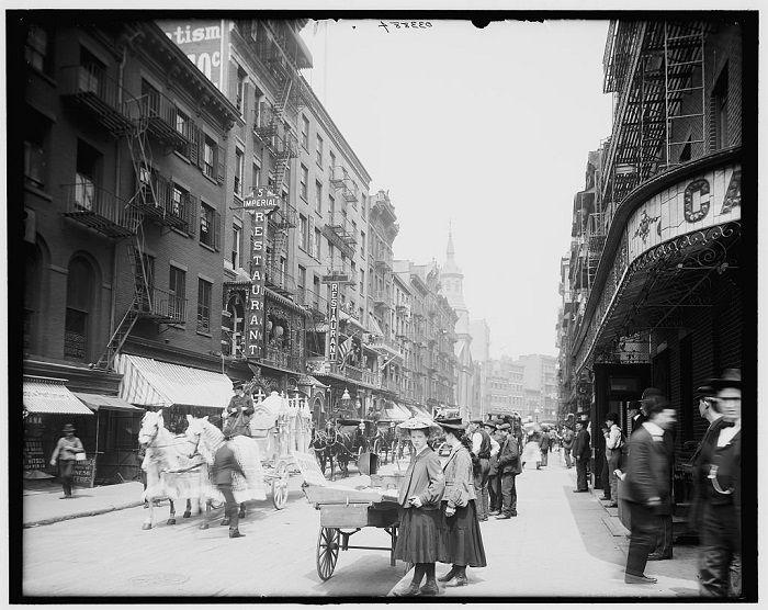 Todavía impresionante y bulliciosa (probablemente más hoy). Esta es Mott Street, en el barrio chino. Nueva York 1900.