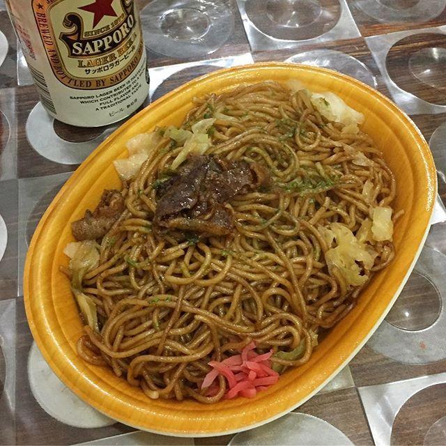 #ディナー #夜ごはん #だいやめ #焼きそば #肉 #キャベツ #紅生姜 @ #ファミマ #ファミリーマート + #ビール #ラガービール #サッポロ