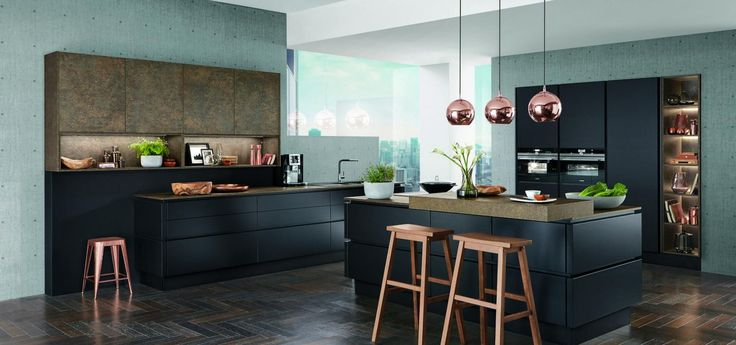 Кухня Nobilia Touch 340 спроектирована в современном стиле. Кухонные фасады изготовлены из матового меламина черного цвета. Столешницы, стеллажи, барная стойка и верхние шкафы выполнены в программе COLOR CONCEPT с фактурой бронзы. Открытые элементы оборудованы встроенными системами освещения. В данной модели использована безручечная система открывания LINE N. Холодильник и другая бытовая техника встроены в специальные глухие шкафы. Благодаря выдержанным пропорциям и чистым линиям кухня…