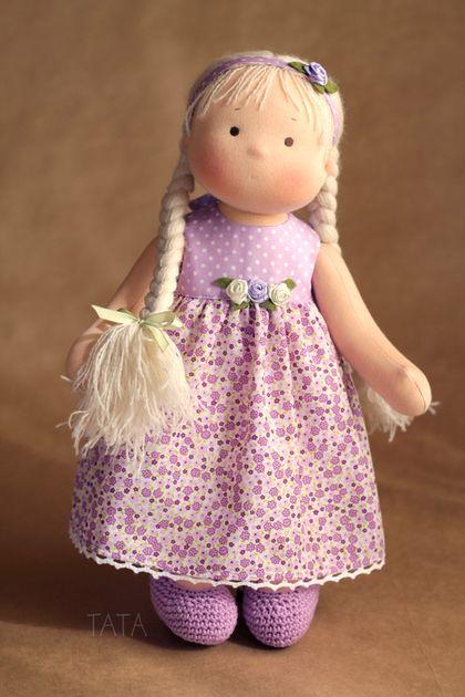 Купить или заказать Игровая кукла в интернет-магазине на Ярмарке Мастеров. Куколка сшита из натурального хлопкового трикотажа, набивка - искусственное волокно, волосы длинные, из шерстяной пряжи, вшиты по всей головке равномерно, их можно расчесывать и делать разные прически. Куколка сидит сама, без опоры. Для вертикальной позы требуется подставка. Ручки и ножки двигаются легко во все стороны. Вся одежда снимается. Цветочный ободок можно использовать как ожерелье, браслетик, поясок…