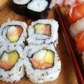 El sushi es un platillo típico japones delicioso. Son rollos con arroz japones, alga y pescados, verduras y frutas como relleno. Esta receta fusión combina el sabor latino del mango con los sabores orientales