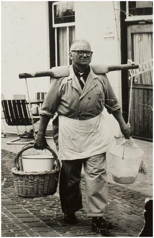 Helmond, Stiphout, Harrie van Dijk. Visboer met een ouderwets juk met vis. Zanden, Leo van der (fotograaf) 1964