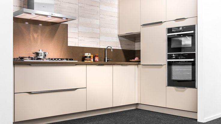 Keukenloods.nl - Mooie hoekkeuken in een zachte pasteltint. Met Neff apparatuur en composiet werkblad. Bekijk de keuken in vestiging Watergang.