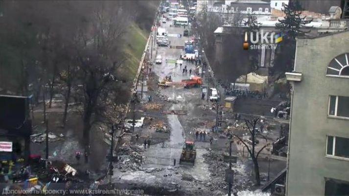 ЄВРОМАЙДАН @euromaidan 16.2.14 Убирают мусор с той стороны. #Євромайдан #Евромайдан #Euromaidan pic.twitter.com/C5EncP7jRX