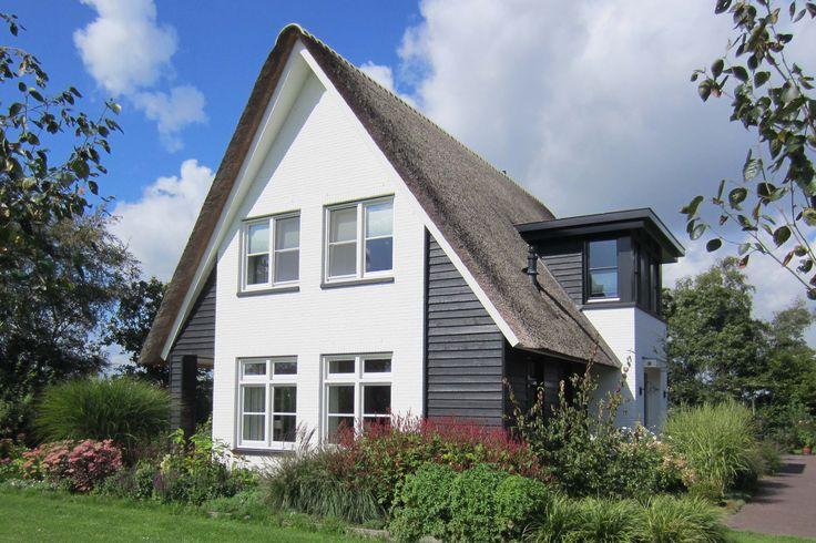 Rietgedekte woning met zwart houten gevel in combinatie met een wit schilderde gevel_Ter Schuur_Barneveld - 01 Architecten- ontworpen door Dennis Kemper in de periode dat hij bij EVE architecten werkte