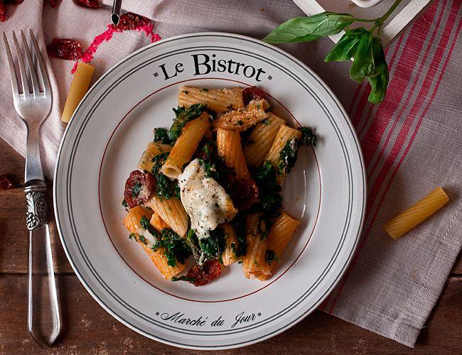 Rigatoni al horno con tomates secos, mozarella, albahaca y espinacas, ¡manos a la obra! | Cocina