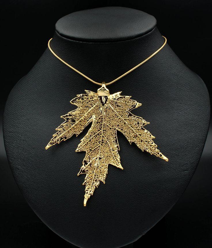 Vergoldeter Anhänger aus einem echten Blatt des Silberahorns.