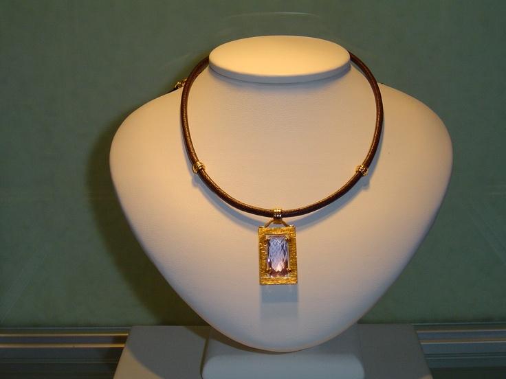 Gargantilla oro amarillo con piedra amatista. PVP 720 €  (antes 900 €)