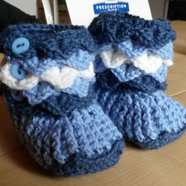 Crocodile Stitch Baby Boots (April '16) #ninamarie_fi #crochet #crochetaddicted #babyboots #annies #novita #novitanalle #virkkaus #virkkaushullu