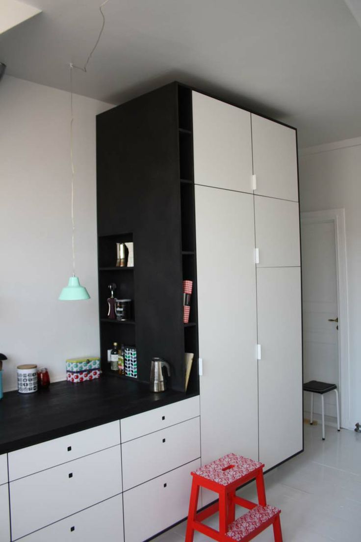 Køkken / sort MDF med hvid laminat. Bordplade i massiv sort eg. #kitchen #indretning #interior #furniture #design #snedkeri #handmade #opbevaring #håndlavet #karstenk #rum4 www.rum4.dk