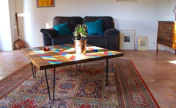 Table basse en bois et faïence, pieds en épingles Sur mesure, colorée et géométrique