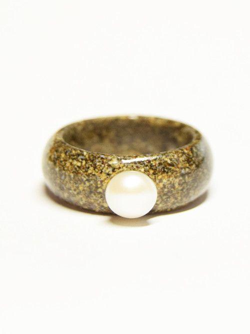 Prsten z hnědo-černého písku a pravé říční perly