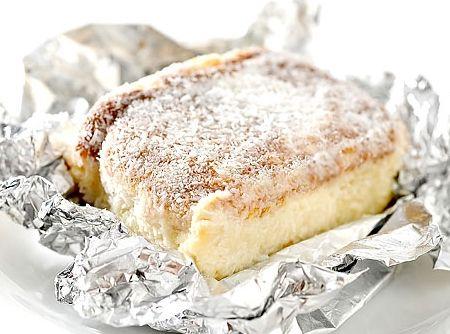 Receita de Bolo de Coco Gelado - bolo do forno e ainda quente, fure ele bastante com um garfo e jogue a calda quente aos poucos sobre o bolo. Quando esfriar, corte em retângulos e...