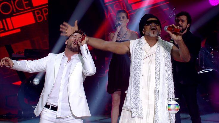 O baiano e o espanhol se apresentam no palco do The Voice Brasil