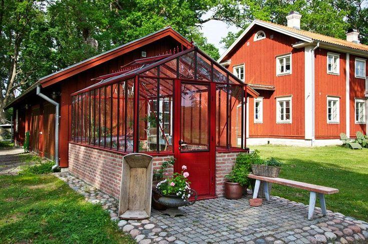 """""""Jag är glad att vi bestämde oss för en stil och sedan konsekvent höll oss till den. Rebecka beskriver huset som ett koncentrat av svenska landsbygden och får kommentarer som: 'Så här såg husen ut i Sörmland när jag var barn', 'Jag känner igen huset från Värmland', eller: 'Ni har ju byggt ett hälsingehus!'"""" Viktorianskt växthus, Willab Garden. Gjutjärnskruka, tvättkar och bänk är gåvor. Smågatsten, från S:t Eriks."""