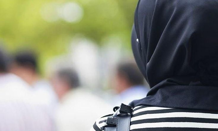 """UK Muslim woman sues employer after he claims black hijab has 'terror affiliations' http://betiforexcom.livejournal.com/25486810.html  Author:Arab NewsFri, 2017-06-23 13:45ID:1498204551433488700DUBAI: A Muslim woman in the UK is suing her former employer after a member of staff allegedly told her to remove her black headscarf over its """"terrorist affiliations."""" The woman, a former estate agent, had been working for a company called Harvey Dean in the town of Bury in Greater Manchester when…"""