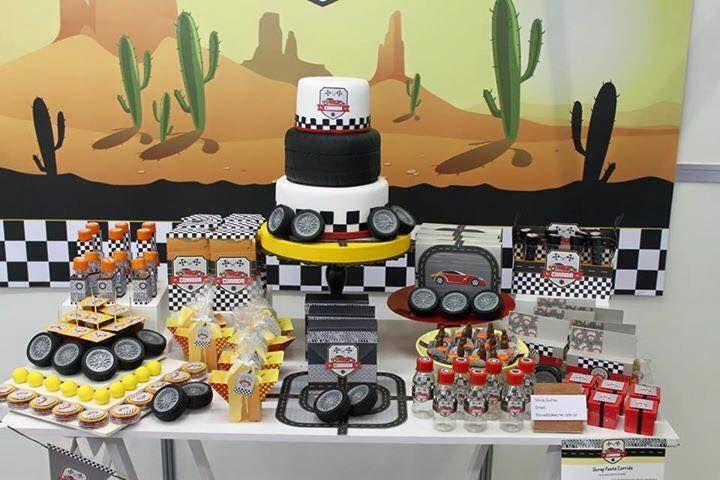 mesa decorada - tema corrida com papéis decorados do tema
