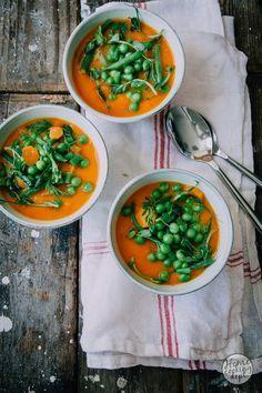 Misschien wel de lekkerste Italiaanse lentesoep. Hij wint het met gemak van andere soepen! Boordevol lente groenten! Bekijk het minestrone recept hier.
