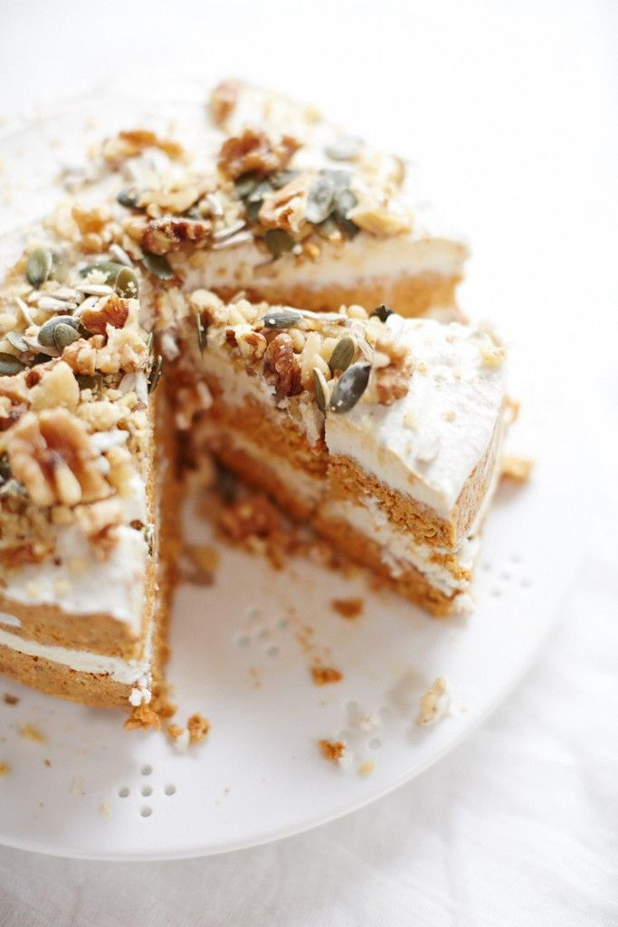 #raw #vegan carrot cake with cashew icing // vegan, gluten-free, refined sugar-free, dairy-free