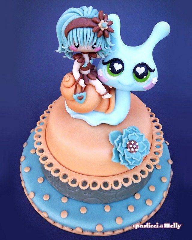 Cake by I pasticci di Molly - love the eyes on that snail!