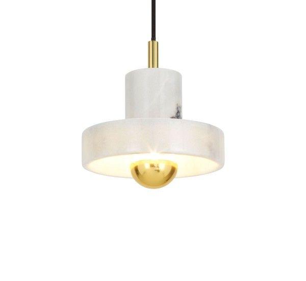 Creata da Tom Dixon, una lampada realizzata in marmo bianco, vetro e ottone che fa parte della collezione Stone. Stone è una collezione dal design sofisticato che conta delicate lampade da tavolo, da terra e da parete, robusti taglieri ed eleganti portacandele. La serie è scolpita da superfici dure e robuste che rendono questi oggetti unici e di lunga durata. Sorgente luminosa:E27 LED 7W con cima in ottone (non inclusa)