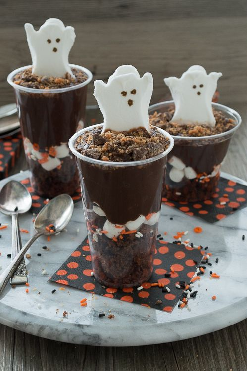 Celebrate Halloween with a pudding parfait! Add in brownies, marshmallows, pudding, and your favorite halloween candy.