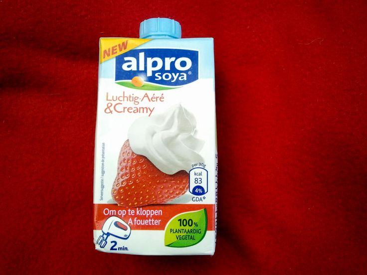 Da ich in den Niederlanden wohne, habe ich schon seit einiger Zeit die Möglichkeit die vegane Schlagsahne von Alpro Soya luchtig en creamy zu kaufen. Dies