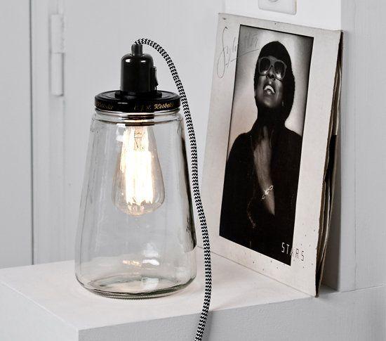 """LANTERNE PICKLE LIGHT - 60 euros plus 30 euros d'ampoule - éditeur pop corn - L'interrupteur est sur le """"culot"""" noir. Il s'agit en fait d'un pot à cornichon en verre. Il s'ouvre et on peut y déposer des objets pour un effet déco."""