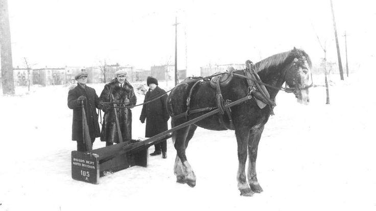 Chasse-neige tiré par un cheval, décennie 1930 - Archives de la Ville de Montréal.