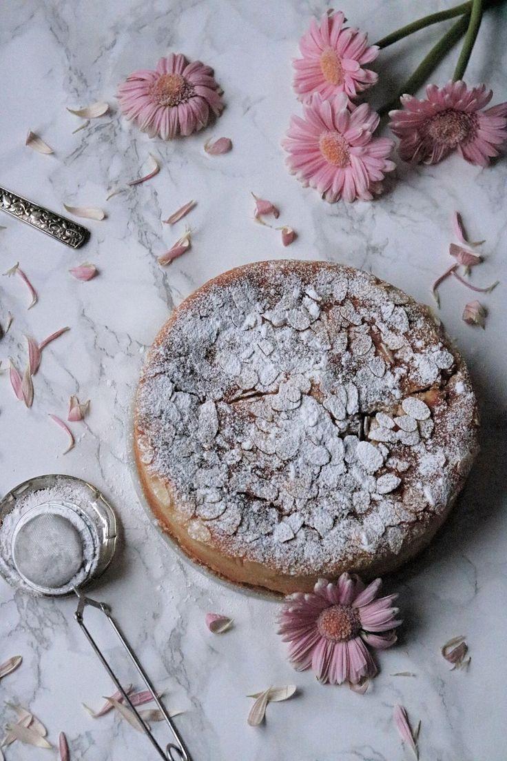 E n lätt och frisk kaka som kommer att vara perfekt i en vacker sommar eller vårdag även om just nu är det vinter i Sverige och snön bara vräker ner över Stockholm. Sommaren känns mycket avlägse…