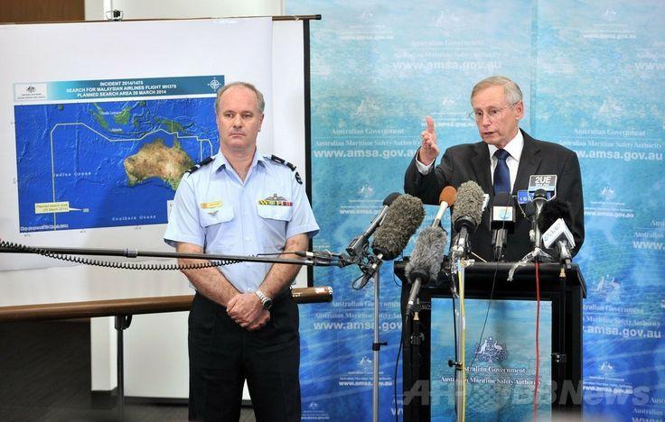 オーストラリア首都キャンベラ(Canberra)で記者会見し、マレーシア航空(Malaysia Airlines)MH370便と関係する可能性のある物体について説明するオーストラリア海洋安全局(Australian Maritime Safety Authority、AMSA)のジョン・ヤング緊急対応部長(右、2014年3月20日撮影)。(c)AFP/Mark GRAHAM ▼21Mar2014AFP|豪、不明機とみられる物体の捜索再開 http://www.afpbb.com/articles/-/3010691 #mh370 #mas #B777200 #MalaysiaAirlines #Australia #AMSA