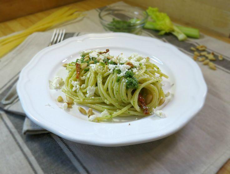 spaghetti al pesto di foglie di sedano, davvero una scoperta interessante. Non mi sarei mai aspettato che il pesto di foglie di sedano fosse così delizioso
