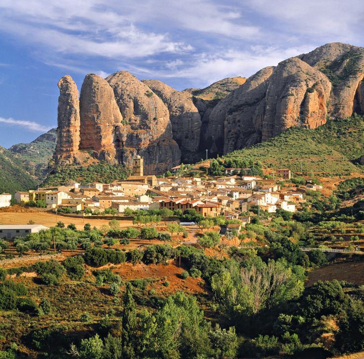 Agüero es un municipio de Huesca. Un punto de interés en este lugar son los mallos. Diferente de una montana, un mallo es un formación geológica con grandes farallones y agujas de conglomerado rocoso. Son moldeados por la erosión combinada con el agua, el hielo, el viento y el sol.
