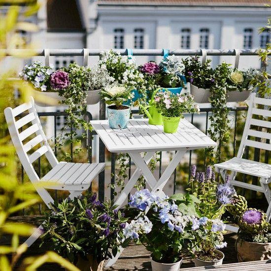 Balkonlarınızı rengarenk çiçeklerle süslemek, bahçeniz olmasa bile küçük bir bahçe tasarlamak hepimizin hakkı. Bahar ayları yaklaşıyor ve siz de kendinize böyle güzel bir balkon oluş
