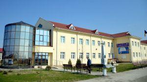 """Ministerul Dezvoltării va finaliza săptămâna aceasta procedura pentru încheierea contractului cu Primăria Işaniţa în vederea construirii unei săli de sport în curtea Şcolii Gimnaziale """"Eliza Opran"""". Primăria comunei a pus la dispoziţia Companiei Naţionale de Investiţii (CNI) 3300 metri pătraţi de teren având obligaţia de asigura utilităţile şi de a nu schimba destinaţia construcţiei. Termenul […]"""