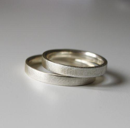 Ein Trauringpaar in schmaler, zarter Ausführung, sehr angenehm zu tragen!  *Gravur inclusive*  +Das Bild zeigt ein Produktbeispiel. Die Ringe ...