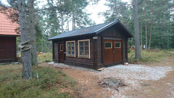 Nybyggt förråd vid första huset efter Skogsende. Ca 8*5 = 40 m2. Mkt fönster blir ljust, men ökar risken för inbrott?