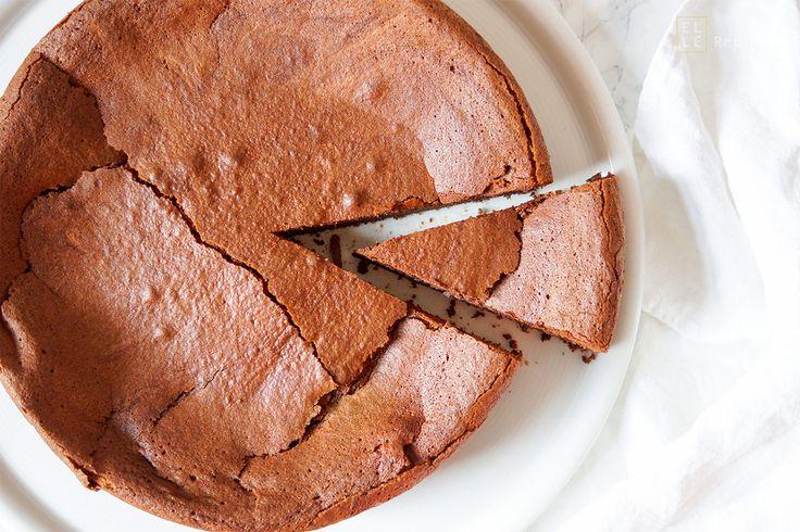 Dieses Schokoladensoufflé Rezept ist sensationell. Viel Butter, etwas Kokosöl, sehr viel dunkle Schokolade, ein Hauch von Karamel vom Mascovado-Zucker, eine Prise Vanille und natürlich ausreichend Eier, damit der Schokoladenkuchen auch seine perfekt Konsistenz und das richtige Volumen bekommt. So ein Schokoladensoufflé ist natürlich nicht frei von Sünde, doch wenn es so gut schmeckt, steht der Genuss im Vordergrund.