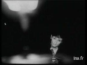 "BARBARA chante ""Dis quand reviendras tu"" en s'accompagnant au piano, Pierre NICOLAS est à la contrebasse. INA.FR"