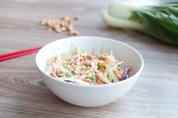Thaise koolsalade; een frisse en gezonde salade die goed combineert met pittige gerechten. Klaar in een kwartiertje en waanzinnig lekker.